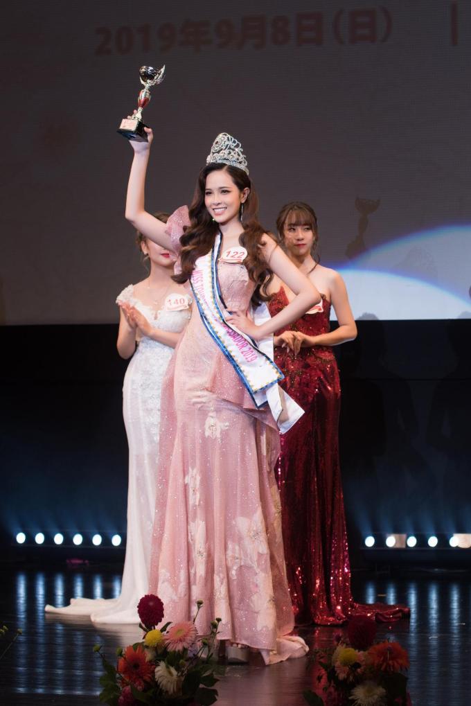 Lê Bảo Tuyền không chỉ vượt qua 25 thí sinh để đăng quang mà còn giành giải phụ Best Beauty Face - Hoa hậu có gương mặt đẹp nhất. Lê Bảo Tuyền sinh năm 1998, cao 1,72m, từng đạt danh hiệu Đại sứ Áo dài 2018 tại trường Đại học Y Dược TP HCM. Ngoài chiều cao nổi bật, số đo ba vòng cân đối, cô còn sở hữu gương mặt khả ái.