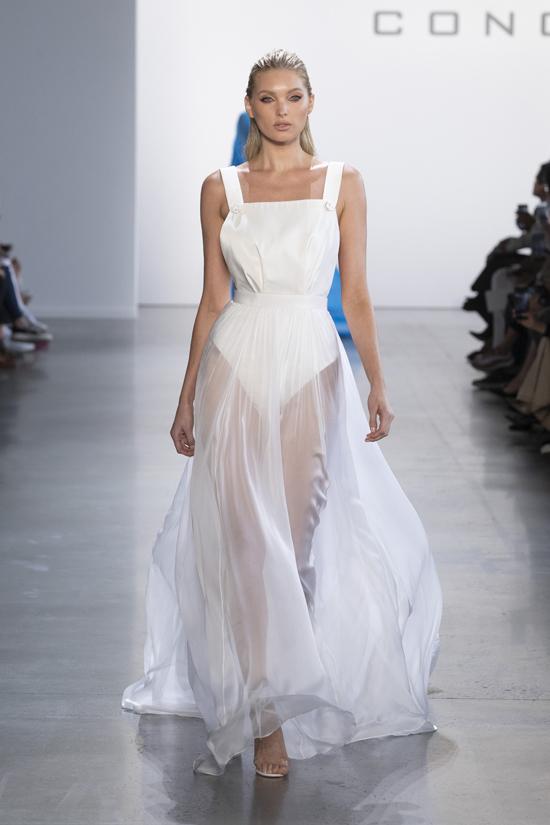 Là tên tuổi quen thuộc của Victoria's Secret, thiên thần Elsa Hosk sinh năm 1988 và nổi tiếng trong làng mẫu bởi khả năng trình diễn chuyên nghiệp cùng gout streetstyle sành điệu.