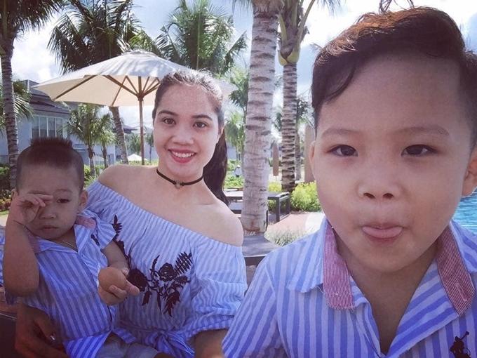 Chị Thuận và hai con trai.