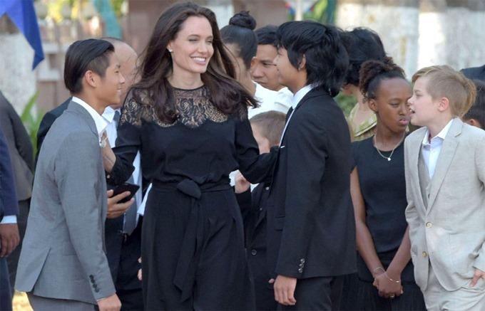 Angelina Jolie bên các con.