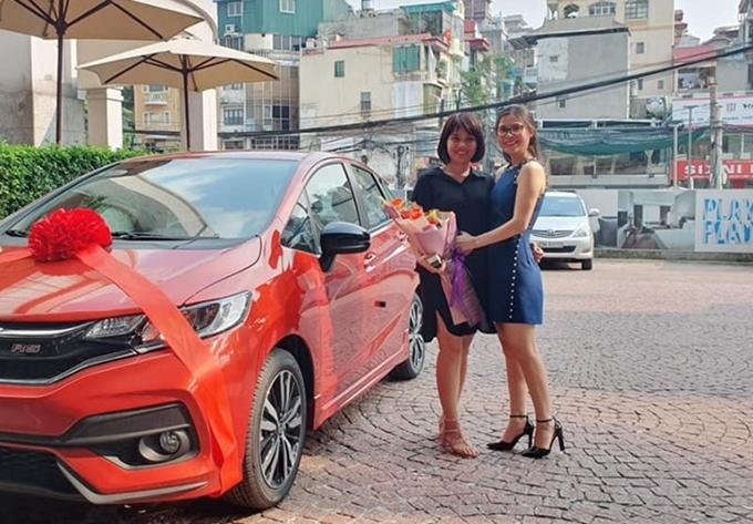 Chị Thuận (trái) và đồng nghiệp bên chiếc ôtô mới.