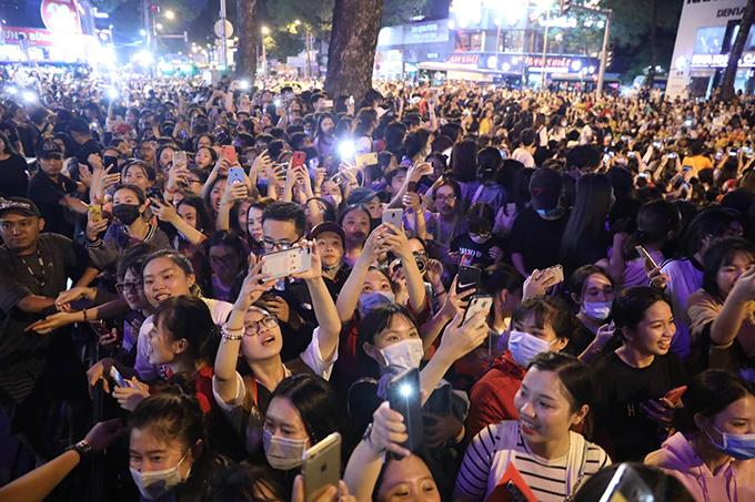 Đám đông chờ đợi Ji Chang Wook trên đường Trần Hưng Đạo (TP HCM). Ảnh: Hữu Khoa