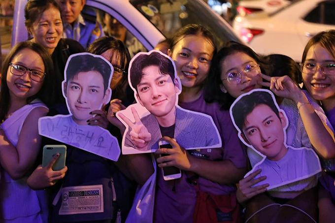 Fan mang theo ảnh Ji Chang Wook đến dự sự kiện. Ảnh: Hữu Khoa