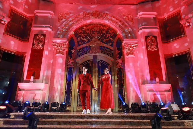 Tối 8/9, Đông Nhi và Ông Cao Thắng cùng dự khánh thành tòa nhà DOJI Tower, tại số 5 Cửa Nam, Hà Nội. Cả hai cùng diện trang phục màu đỏ ton-sur-ton.
