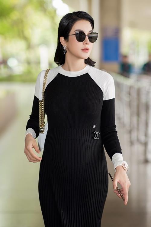 Diệp Lâm Anh đích thân đến sân bay đón diễn viên xứ Hàn Ji Chang Wook sang Việt Nam tham dự sự kiện do cô tổ chức. Chân dài diện trang phục kín đáo, di chuyển nhanh nhẹn dù mang bầu lớn.