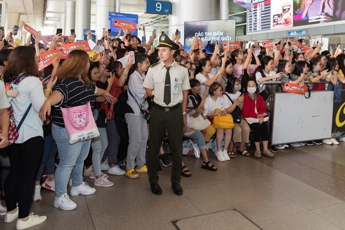 Cùng với Diệp Lâm Anh, khán giả hâm mộ tài tử xứ Hàn có mặt từ sớm. Các bạn trẻ mang theo băng rôn in hình ảnh Ji Chang Wook và chuẩn bị sẵn điện thoại để ghi hình lúc anh xuất hiện.