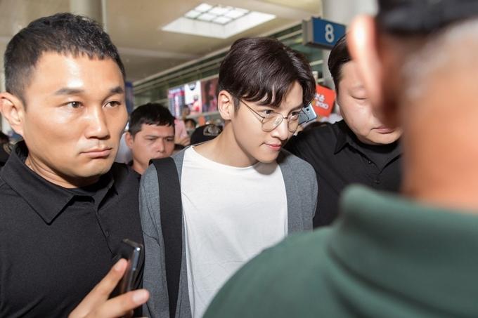 Gần 15h, Ji Chang Wook có mặt tại sân bay ở TP HCM. Anh được các vệ sĩ tháp tùng ra khỏi khu vực xuất cảnh.
