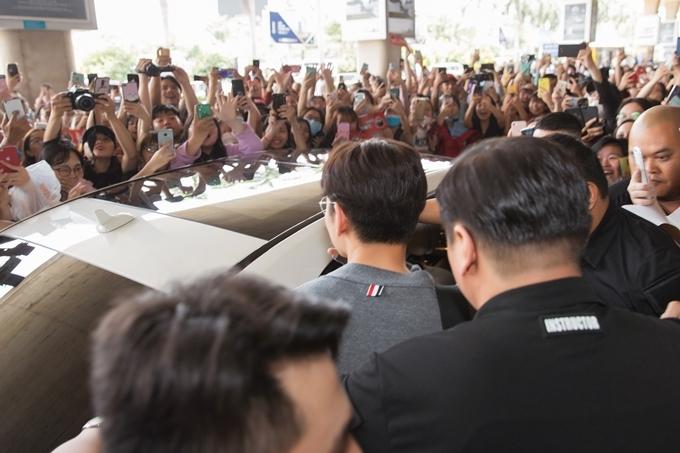 Hàng trăm người hâm mộ vây quanh nam diễn viên.