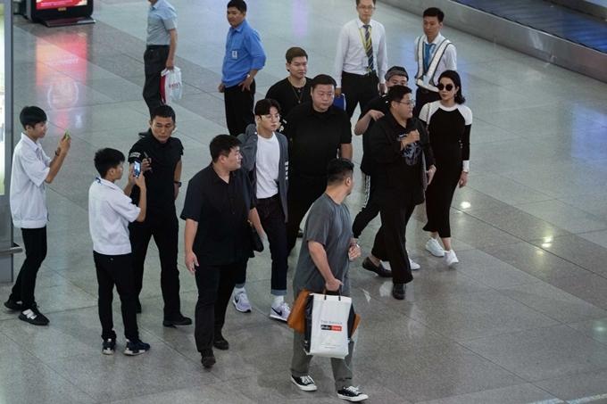 Ji Chang Wook nhanh chóng rời khỏi đám đông để di chuyển về phíadàn xe chờ sẵn.