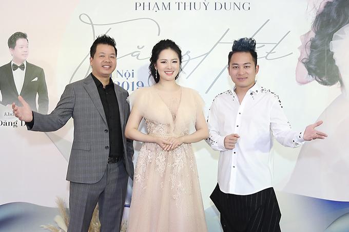 Phạm Thuỳ Dung và 2 ca sĩ khách mời tại họp báo ra mắt liveshow Trăng hát.