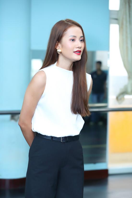 Hương Ly diện đồ trắng đen đơn giản khi đến tuyển chọn dàn mẫu nhí cho chương trình thời trang thiếu nhi từng tạo được nhiều tiếng vang.