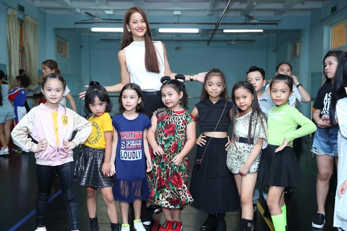 Để chuẩn bị cho chương trình Asian Kids Fashion Week năm nay, đạo diễn Nguyễn Hưng Phúc đã mời Hương Ly tham gia buổi tuyển chọn mẫu nhí.