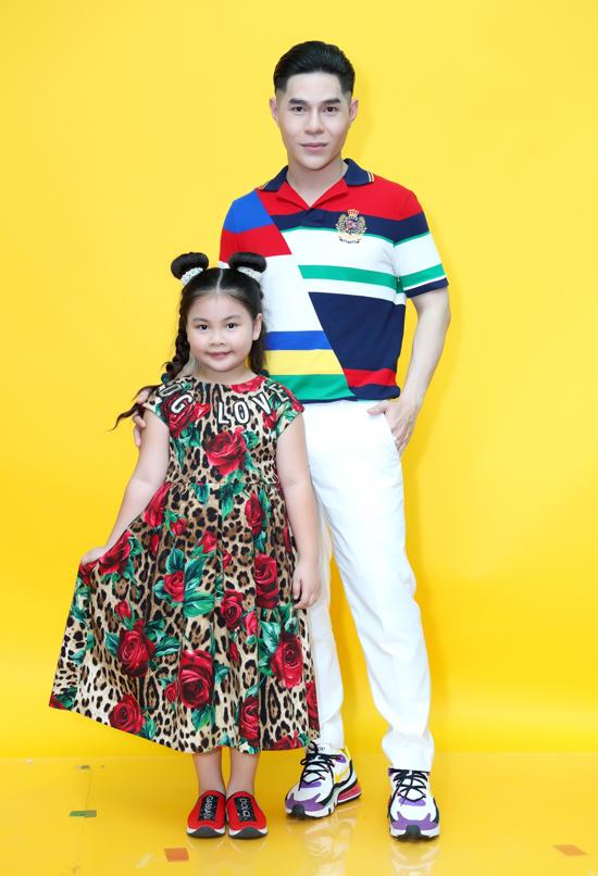 Đạo diễn Nguyễn Hưng Phúc và mẫu nhí Lunar Chong.