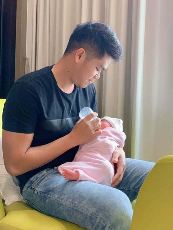 Trung Kiên tự tay chăm sóc con gái.