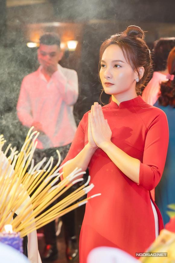 Bảo Thanh mặc áo dài đỏ, thành tâm chắp tay cúng Tổ nghề.