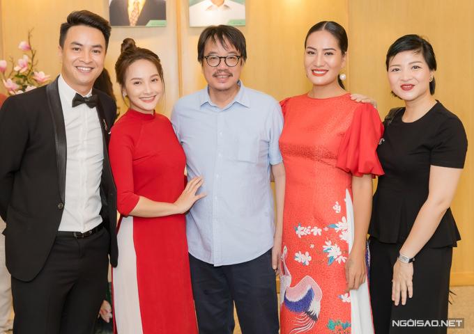 Bảo Thanh chụp ảnh cùng nghệ sĩ Sỹ Tiến (giữa), diễn viên Minh Cúc và hai đồng nghiệp ở nhà hát.