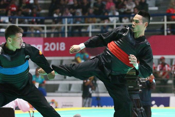 Trần Đình Nam (phải) vừa giành HC vàng Asiad.
