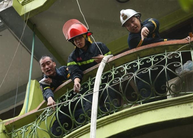 Cảnh sát giải cứu người ngạt khói trong ngôi nhà cháy ở phố Núi Trúc sáng 10/9. Ảnh: Gia Chính.