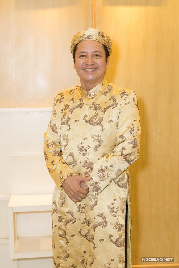 NSƯT Chí Trung - giám đốc nhà hát hân hoan chào đón các nghệ sĩ dự lễ cúng Tổ.