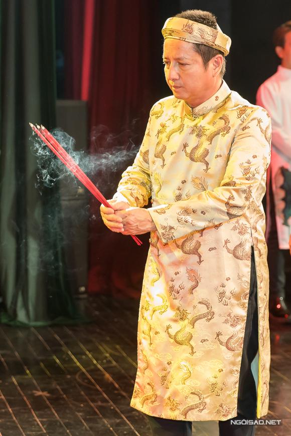 Anh mặc áo the, đóng khăn xếp truyền thống, đại diện các nghệ sĩ dâng hương cúng Tổ.
