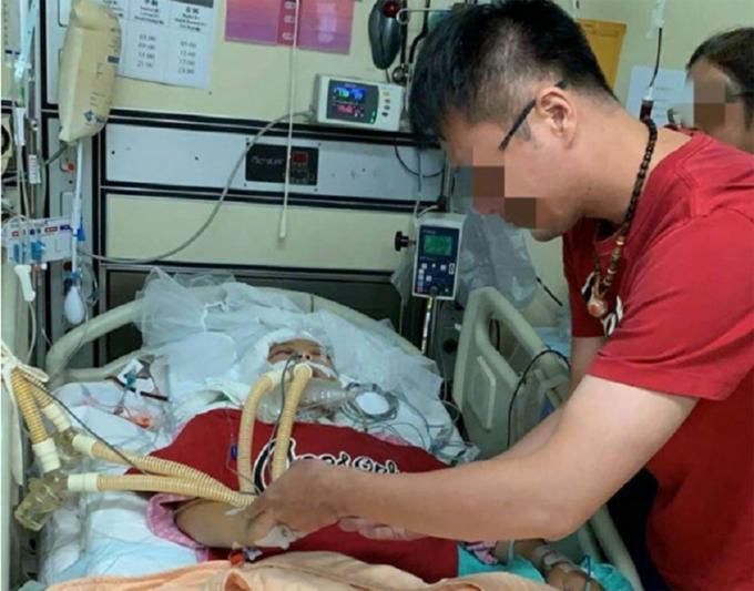 Lin đeo nhẫn cưới cho bạn gái trước khi cô qua đời ở bệnh viện Đài Bắc, Đài Loan hôm 25/8. Ảnh: Asia One.