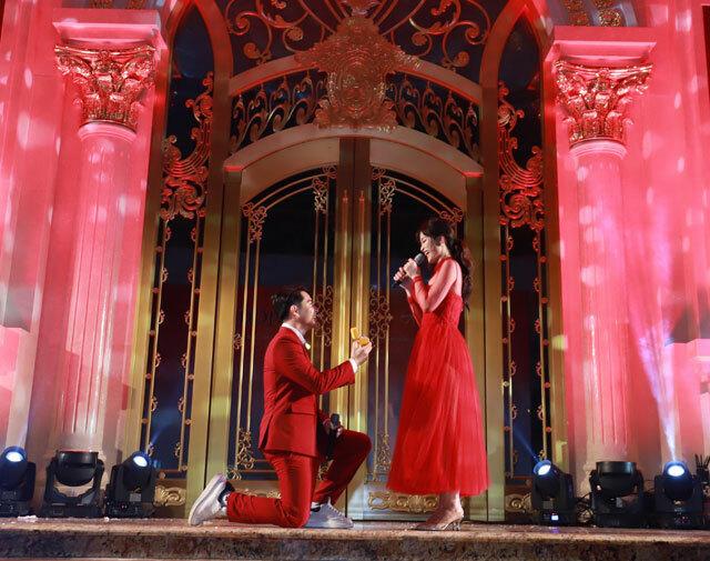 Cặp đôicùng song ca bài hát Ta là của nhau dành tặng khán giả. Kết thúc ca khúc, Ông Cao Thắng bất ngờ mở hộp nhẫn, quỳ gối cầu hôn bạn gái trên sân khấu.