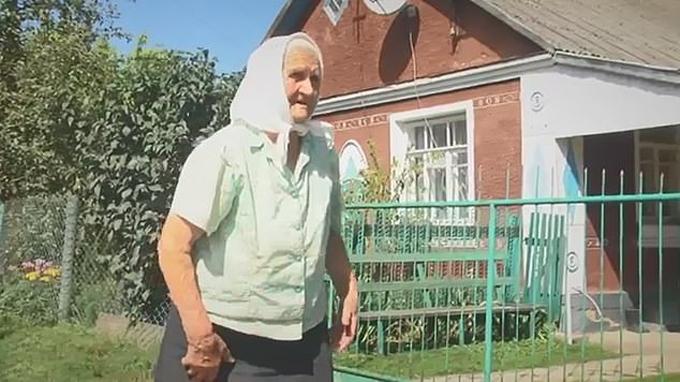 Bà Ndezhd, hàng xóm củ vợ chồng Mri ở làngObriv, Ukrine. Ảnh: