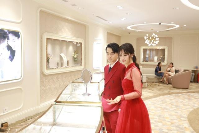 Kết thúc màn trình diễn, Đông Nhi và Ông Cao Thắng cùng trải nghiệm và chiêm ngưỡng các mẫu trang sức cưới tại tầng 2, Trung tâm Wedding Land của tòa nhà DOJI Tower. Cặp đôi cho biết rất ấn tượng với các bộ sưu tập trang sức và đặc biệt hứng thú trước những thiết kế từ kim cương.