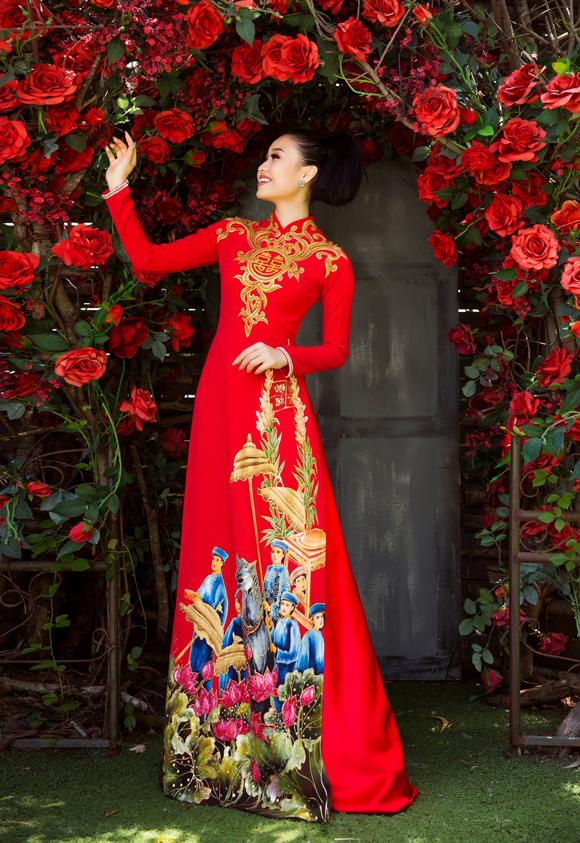 Vóc  dáng thon gọn, thần thái tươi tắn giúp Lê Lộc truyền tải trọn vẹn những ý  tưởng Minh Châu gửi gắm trong bộ sưu tập áo dài dành cho cô dâu - chú  rể.