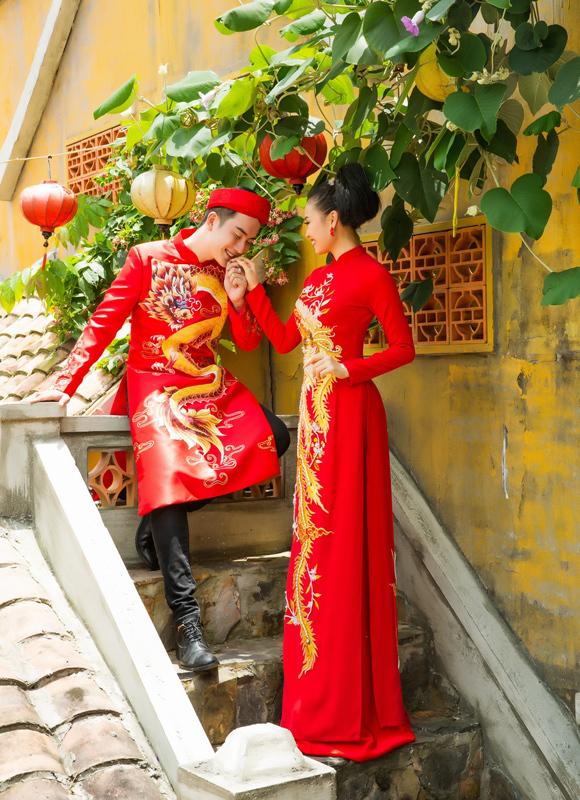 Bên cạnh đó, họa tiết rồng, phượng uốn lượn cũng được chăm chút kỹ lưỡng, bổ sung nét sang trọng, vương giả cho diện mạo uyên ương.