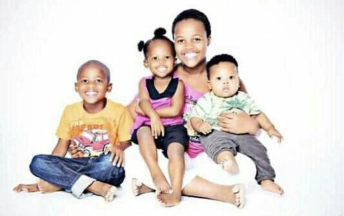 Xolisile Mpungose bên ba đứa con, lần lượt 4, 6 và 10 tuổi. Ảnh: