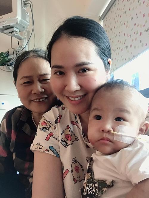 Minh Hiền bên mẹ và con trai.