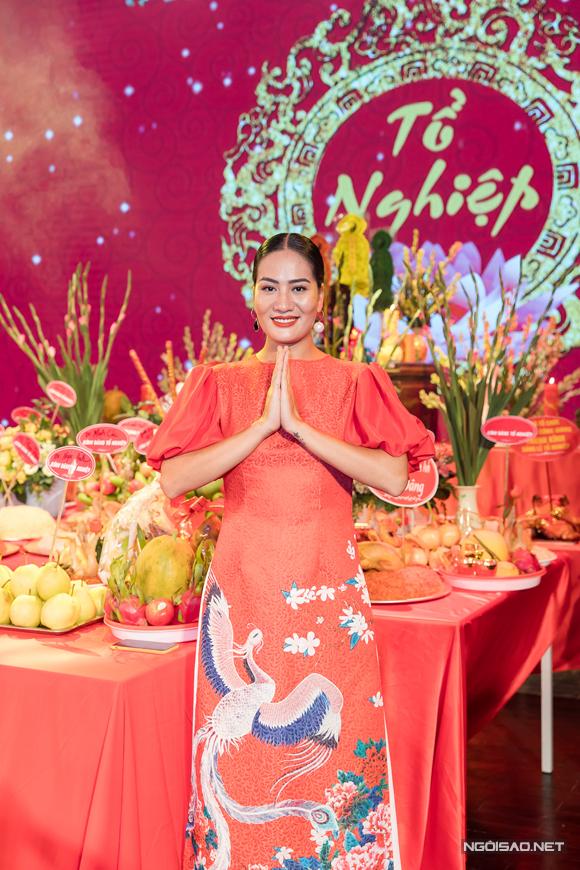 Là diễn viên trực thuộc Nhà hát Tuổi Trẻ, diễn viên Minh Cúc - người yêu Khải sở khanh trong Về nhà đi con cũng có mặt tham dự. Cô chọn cho mình bộ áo dài cách điệu thêu chim phượng nổi bật.