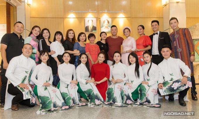 Dàn nghệ sĩ Nhà hát Tuổi trẻ chụp ảnh kỷ niệm sau buổi lễ cúng Tổ nghề.