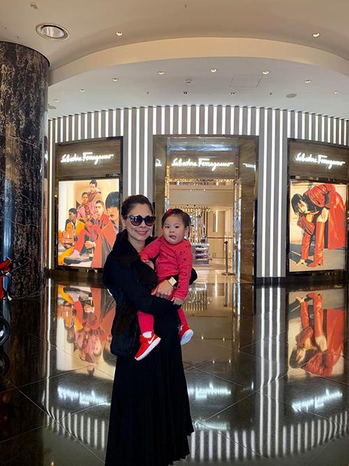 Bé Talia theo mẹ Thanh Thảo đi lưu diễn tại Australia.