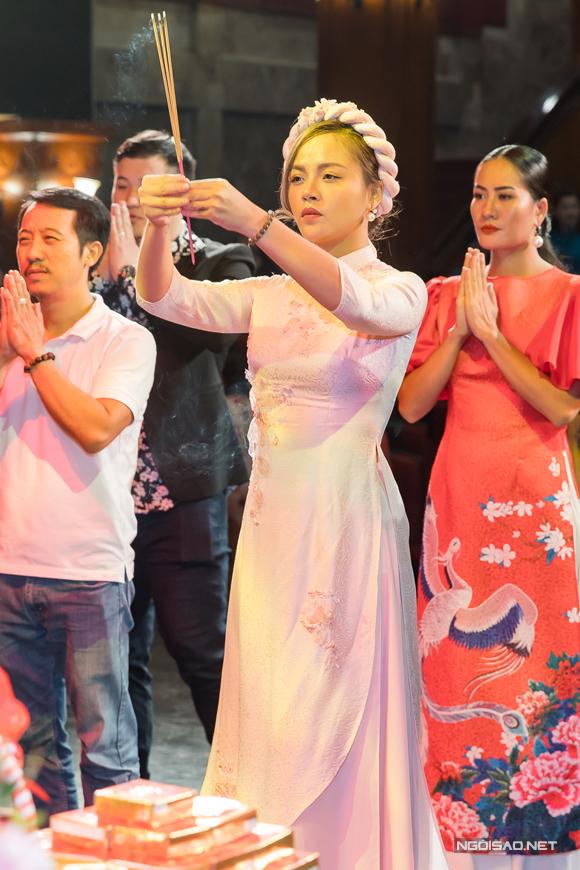 Nữ diễn viên dâng hương cùng các đồng nghiệp.