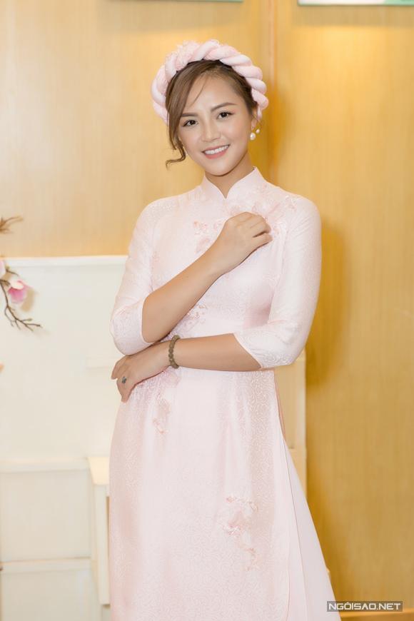 Thu Quỳnh mặc áo dài và quấn mấn màu hồng pastel, dịu dàng dự buổi lễ cúng Tổ.