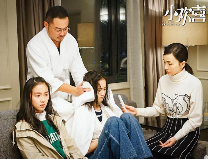 Thống lĩnh top phim đáng xem của Trung Quốc là Tiểu hoan hỉ - series đề tài xã hội chiếu năm 2018. Đây là một bất ngờ bởi phim quy tụ dàn diễn viên thực lực tuổi ngoài 40 và các diễn viên trẻ chưa có tên tuổi, thiếu vắng các nhân tố mỹ nam, nữ thần đang hot. Câu chuyện phim được ghi nhận chạm đến sự đồng cảm của công chúng bởi những vấn đề mà các gia đình sĩ tử đối mặt trước kỳ thi đại học cam go.