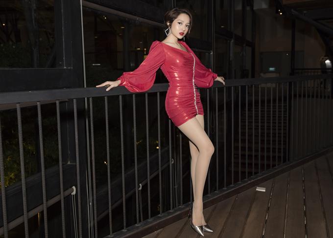 Bảo Anh nổi bật khi mặcváy ngắn đỏ rực,tôn đôi chân thon dài.