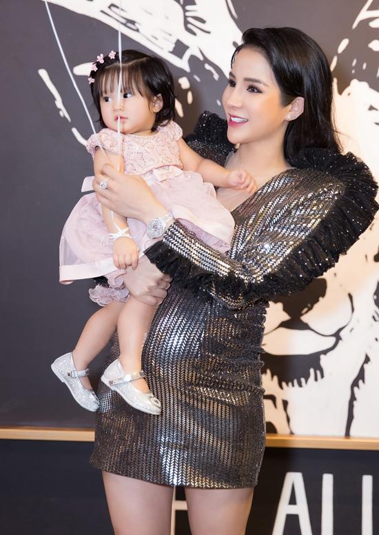 Diệp Lâm Anh lộ bụng bầu to khi diện váy bó, bế con gái Boorin trong sự kiện khai trương quán cà phê của cô ở TP HCM.