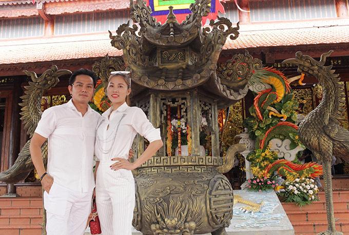 Thiên Bảo mặc ton-sur-ton trắng với bà xã Kim Yến đi thăm nhà thờ Tổ của anh kết nghĩa Hoài Linh, hôm 9/9.