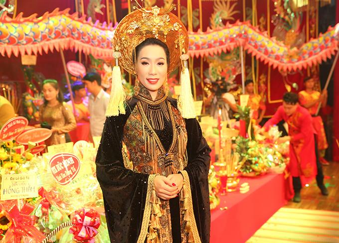 Trịnh Kim Chi tổ chức lễ Giỗ tổ lần thứ tư tại sân khấu kịch mang tên chị. Người đẹp mặc áo dài thiết kế cầu kỳ, khoe nhan sắc tuổi trung niên.