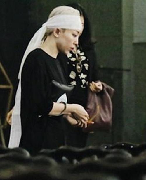 Cuối năm 2018, Tóc Tiên ở bên Hoàng Touliver khi mẹ anh đột ngột qua đời. Nữ ca sĩ xuất hiện trong tang lễ của mẹ bạn trai trong trang phục đen, đầu đeo khăn trắng.