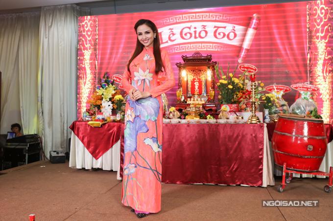 Ho hậu Diễm Hương duyên dáng trong trng phục họ tiết ho sen.