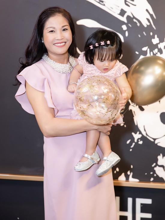 Mẹ ruộtnữ diễn viên có mặt hỗ trợ con gái chăm cháu ngoại.