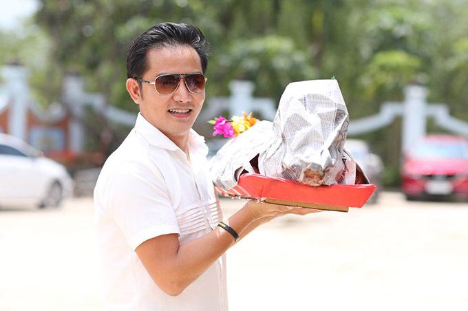 Diễn viên Thái sư Trần Thủ Độ mang theo heo quay là lễ vật cúng Tổ nghề.