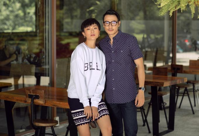 Trong khi Thu Anh vô cùng trẻ trung khi diện mẫu áo tay dài kết hợp cùng chân váy họa tiết hình học thì Trương Thanh Long lại trưởng thành và chín chắn hơn với áo sơ mi ngắn tay.