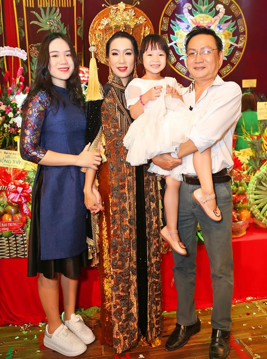 Ông xã doanh nhân và hai con gái có mặt bên người đẹp ở sự kiện này. Trịnh Kim Chi hạnh phúc vì luôn được chồng con, gia đình ủng hộ hoạt động nghệ thuật.