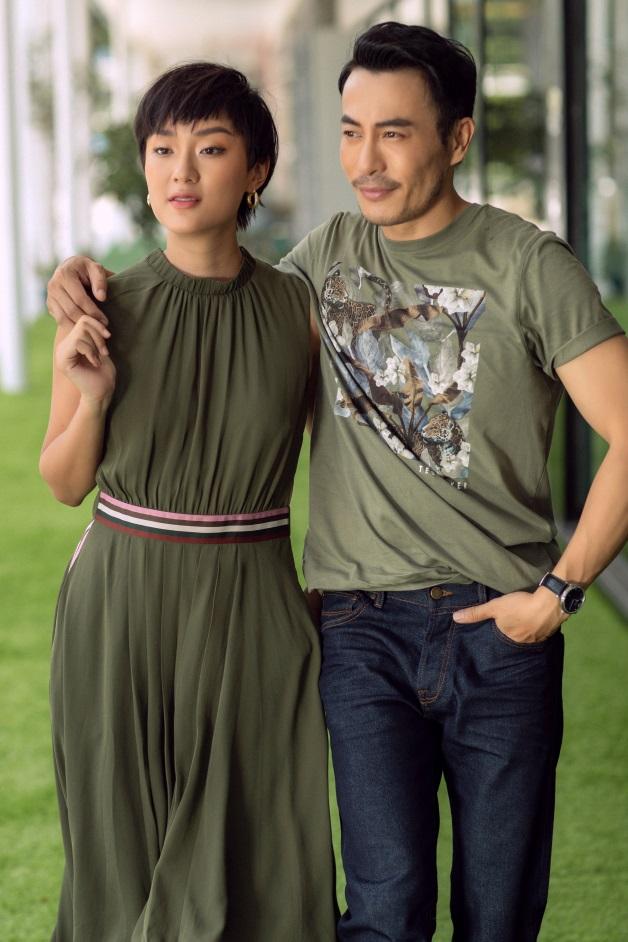 Gần đây, NTK Trương Thanh Long và người đẹp Thu Anh thường xuất hiện cùng nhau tại các sự kiện và trong cuộc sống đời thường. Một trong những điểm nổi bật về phong cách của cả hai chính là sự đồng điệu về màu sắc của trang phục.