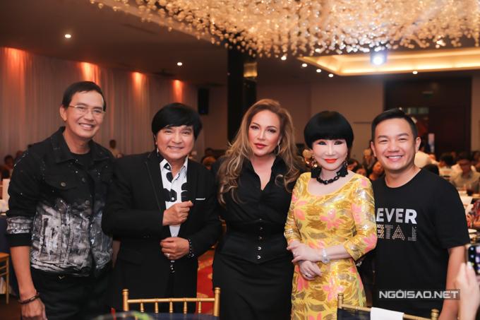 Nghệ sĩ Chí Tâm (thứ hi từ trái qu), c sĩ Thnh Hà (váy đen) và MC Anh Kho (ngoài cùng bên phải) vui vẻ khi hội ngộ.